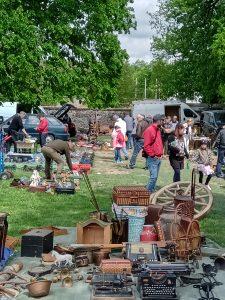 régiség vásár, régiségek, hagyatékok, régi kerék, óra, írógép, edények